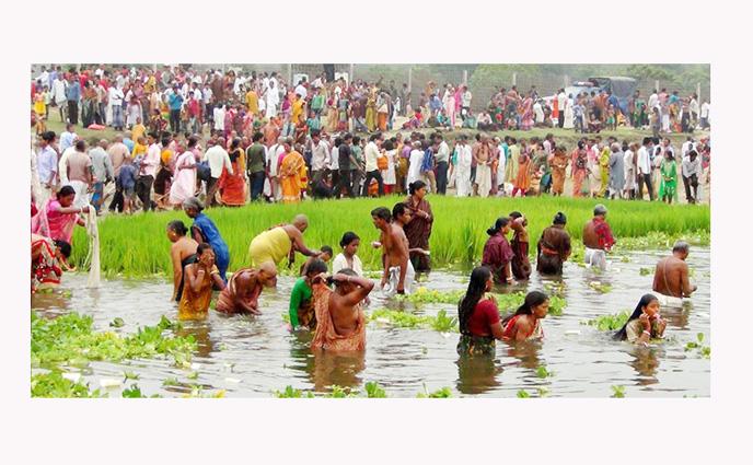 """পঞ্চগড়ে করোতোয়া""""র তীরে চলছে  স্নান উৎসব"""