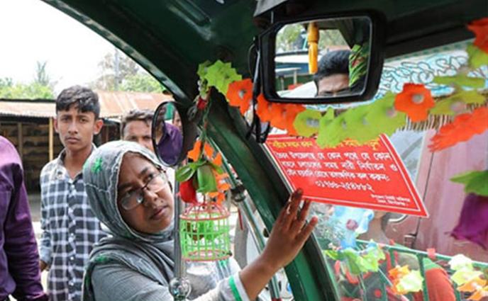 যৌন হয়রানি বন্ধে  ইউএনও লাগাচ্ছেন নারী নির্যাতনবিরোধী স্লোগানযুক্ত স্টিকার