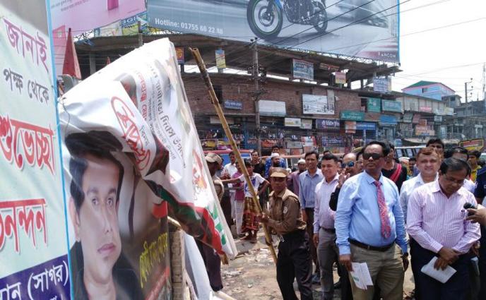 সিটি নির্বাচন: গাজীপুরে অবৈধ বিলবোর্ড-ফেস্টুন উচ্ছেদ