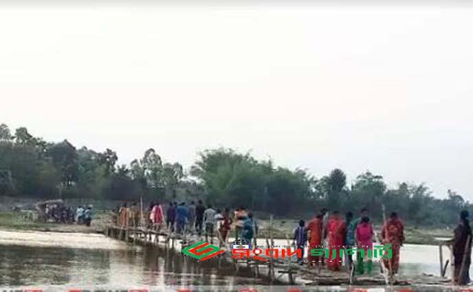 পীরগঞ্জের আতই ঘাটে ব্রীজ না থাকায় দুর্ভোগে ৩০ হাজার মানুষ