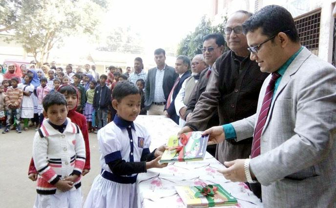 পীরগঞ্জে নতুন বই পেল শিক্ষার্থীরা
