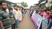 রুপালী ব্যাংক স্থানান্তর পরিকল্পনার প্রতিবাদে গ্রাহকদের মানববন্ধন