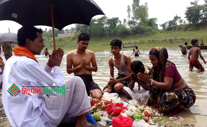 চাটমোহরে গুমানী নদীর তীরে চলছে 'বারুনী স্নানোৎসব'